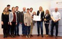 Prof. Andrea Möller (Dritte von rechts) nimmt den Umweltpreis für BeeEd in Empfang.; Bildquelle: MUEEF