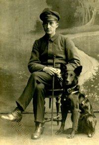 Paul Feyen mit seinem Blindenführhund; Bildquelle: Privat/Familie Feyen