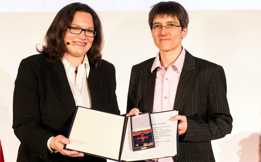 Sabine Häcker vom Verein �Hunde für Handicaps� (r.) hat die Auszeichnung von Bundesministerin Andrea Nahles entgegen genommen