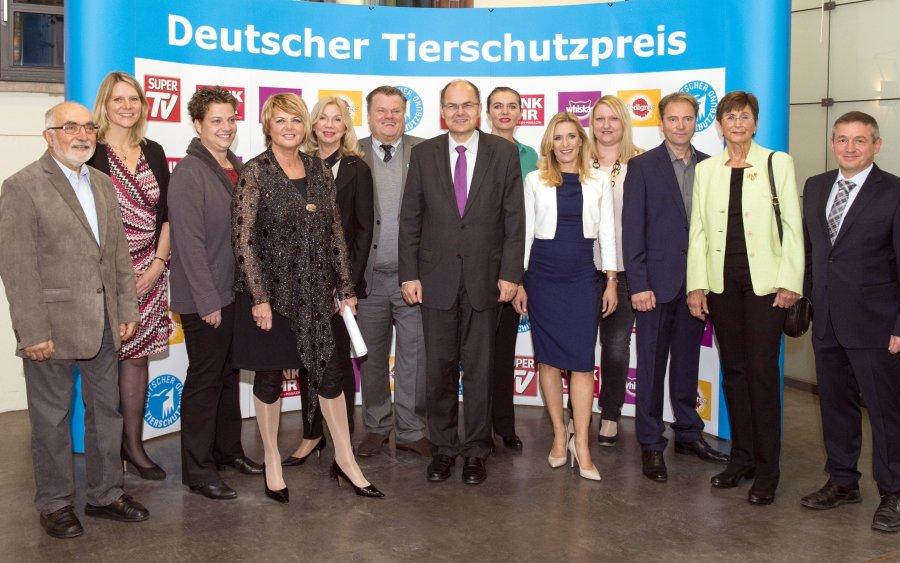 Bundesminister Christian Schmidt (7.v.l.) beglückwünscht die Preisträger und Organisatoren des Deutschen Tierschutzpreises 2016 (v.l.n.r.): Günter Hegewald (Gewinner Sonderkategorie), Kristina Richter (Pedigree/Whiskas), Meike Fritz (2