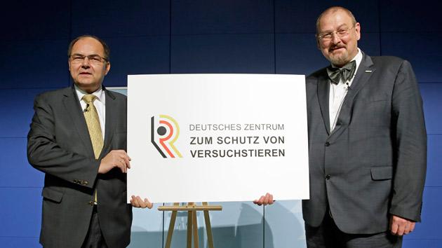 Bundesminister Christian Schmidt überreicht dem Präsidenten des BfR Prof. Dr. Dr. Andreas Hensel zur Eröffnung des Deutschen Zentrums zum Schutz von Versuchstieren symbolisch eine Tafel
