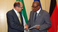 Bundesminister Schmidt mit seinem Amtskollegen aus Sierra Leone, Professor Monty Patrick Jones; Bildquelle: BMEL