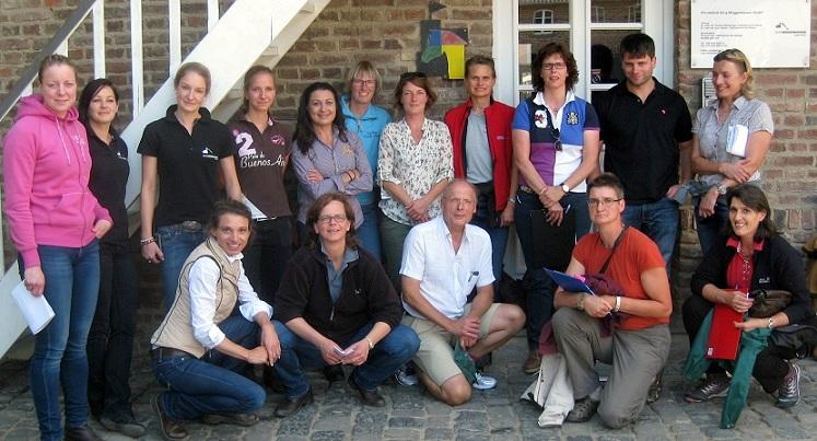 Simone Kaiser (Mitte stehend), international zertifizierte Chiropraktikerin, Expertin für Rückenproblematik an der Pferdeklinik Burg Müggenhausen und Organisatorin der Equine Back Case Days 2014 mit ihrem Team gemeinsam mit Arno Lindner (Mi