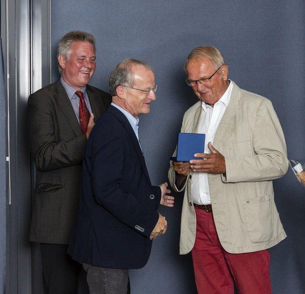Prof. Dr. Dr. h.c. Thomas C. Mettenleiter bei der Übergabe der Friedrich-Loeffler-Medaille an den Präsidenten der Landestierärztekammer Dr. Rolf Pietschke