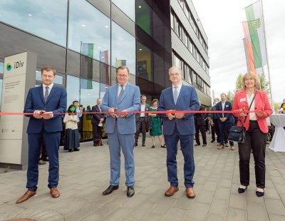 Die drei Ministerpräsidenten und die Generalsekretärin der Deutschen Forschungsgemeinschaft (DFG) eröffneten heute das neue iDiv-Forschungsgebäude an der alten Messe in Leipzig.; Bildquelle: Swen Reichhold