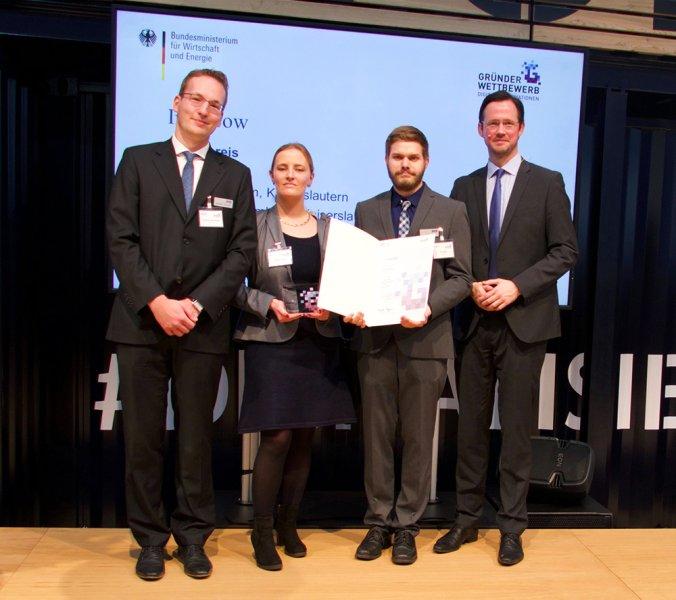 V.l.: Sebastian Baumbach, Christine Adam, Tim Ebert mit BMWi-Staatssekretär Dirk Wiese