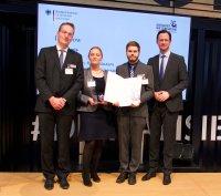 V.l.: Sebastian Baumbach, Christine Adam, Tim Ebert mit BMWi-Staatssekretär Dirk Wiese; Bildquelle: DFKI