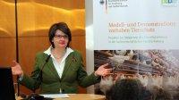 Die Parlamentarische Staatssekretärin Dr. Maria Flachsbarth begrüßt die Teilnehmer des Fachsymposiums der Modell- und Demonstrationsvorhaben Tierschutz; Bildquelle: BLE