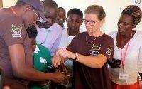 Dr. Christine Montag trainiert Community Animal Health Worker; Bildquelle: Welttierschutzgesellschaft
