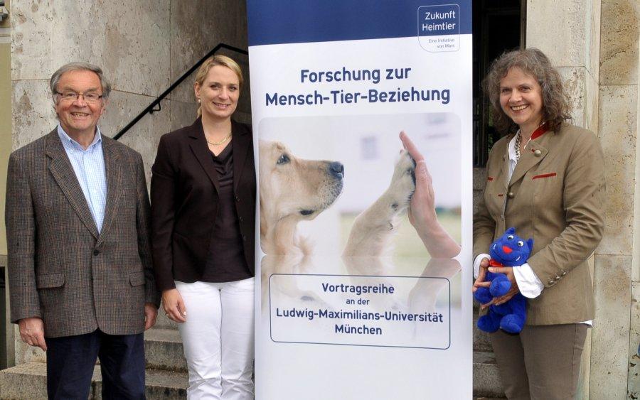 Die Referenten Prof. Dr. Erhard Olbrich, PD Dr. Andrea Beetz und Dr. Hildegard Jung (v.l.n.r.) vor dem Eingang zur Medizinischen Kleintierklinik in München, an der der Vortragsabend der Initiative Zukunft Heimtier stattfand