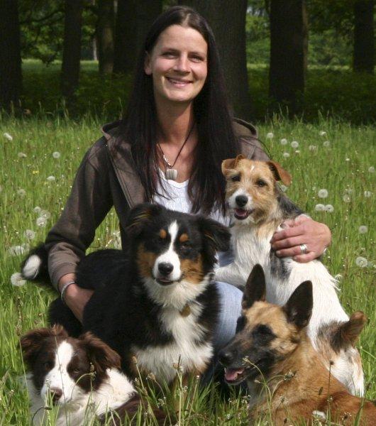 Sabine Wolff, Leiterin des Bildungszentrums Wolff, mit ihren eigenen Vierbeinern.