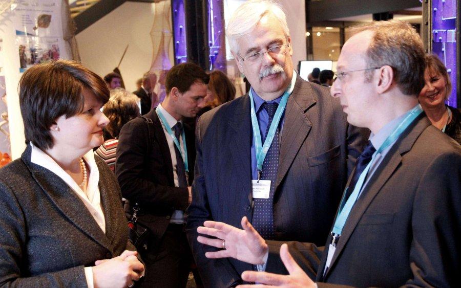Im Rahmen der EU-Veranstaltung 'Nachhaltiger Fischkonsum' in Hamburg präsentiert Dr. Björn Hermelink (rechts) Staatssekretärin Dr. Maria Flachsbarth und Jürgen Marggraf (FRoSTA AG) die neue Online-Plattform 'Aquakulturin