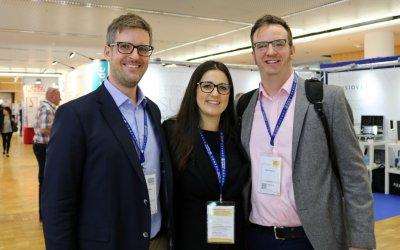 Martin Schäfer und Jelena Rukavina vom Enke Verlag mit Rob Chapman, Managing Director der CloserStill Vet Group; Bildquelle: VET-MAGAZIN