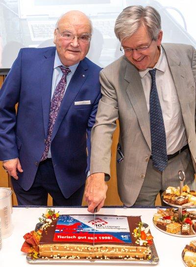 Zwei ehemalige Kongresspräsidenten schneiden die Geburtstagstorte des 10. Leipziger Tierärztekongresses an: Prof. Dr. Jürgen Gropp und Prof. Dr. Gotthold Gäbel (v.l.); Bildquelle: Leipziger Messe GmbH / Tom Schulze