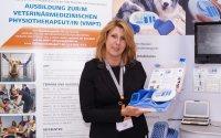 Seminarleiterin Dr. Beate Egner mit dem PT2010N TENS/NMES Gerät