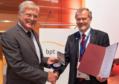 Felix-Train-Medaille an bpt-Ehrenpräsident Dr. Hans-Joachim Götz; Bildquelle: Rathke/bpt