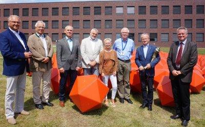 Unter den Gästen Dr. Rolf Pietschke, Prof. Theo Mantel, Prof. Volker Moennig sowie Prof. Dr. Dr. h.c. Thomas C. Mettenleiter und der Vorstand des Fördervereins mit dem Vorsitzenden Dr. Gerfried Zeller; Bildquelle: FLI