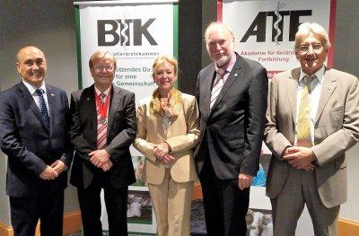 Die Kollegin und Kollegen aus dem In- und Ausland gratulieren Prof. Thomas Blaha zu seiner Auszeichnung: von links: Dr. Rafael Laguens (Präsident der FVE), Dr. Cornelia Rossi-Broy (BTK-Präsidium, Dr. Uwe Tiedemann (BTK-Präsident und Prä Bildquelle: TVT