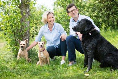 Die adivo GmbH wurde im März 2018 von Dr. Kathrin Ladetzki-Baehs(li) und Dr. Markus Waldhuber gegründet; Bildquelle: adivo
