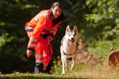 Rettungshundeführerin mit Rettungshund; Bildquelle: Stefan Sobotta / VISUM