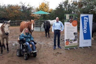 Sandra Glöckler, Gründerin und Leiterin von Rolli auf Trab, und Stefan Klein von Elanco; Bildquelle: Elanco Tiergesundheit AG