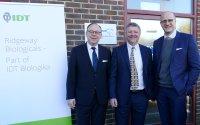 Über den Erwerb der britischen Ridgeway Biologicals freuen sich (von links) Dr Ralf Pfirmann, CEO der IDT Biologika, Dr. Tim Wallis, Geschäftsführer Ridgeway Biologicals, und Andreas Kastenbauer, Geschäftsführer der IDT Biologika; Bildquelle: IDT