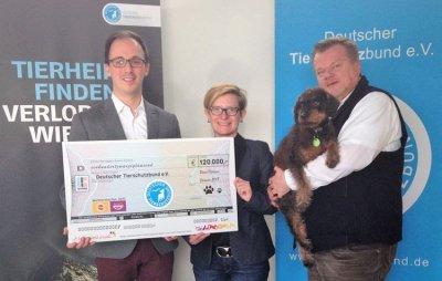 Raoul Hamacher (Unternehmenssprecher Mars Petcare in Deutschland, links) übergibt den Spendenscheck an Stephanie Schröder (Geschäftsführerin Marketing Deutscher Tierschutzbund) und Thomas Schröder (Präsident Deutscher Tiersch; Bildquelle: Mars Petcare