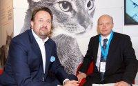 Malte Hoffmann, Geschäftsführer von Royal Canin DACH und Thomas Zimmel, Chefredakteur VET-MAGAZIN; Bildquelle: VET-MAGAZIN