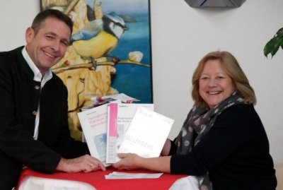Die Laboklin Geschäftsführung, Frau Dr. Elisabeth Müller und Hubertus Keimer hat mit großer Freude die 6 GewinnerInnen des bpt-Kongress Gewinnspiels ausgelost.; Bildquelle: LABOKLIN