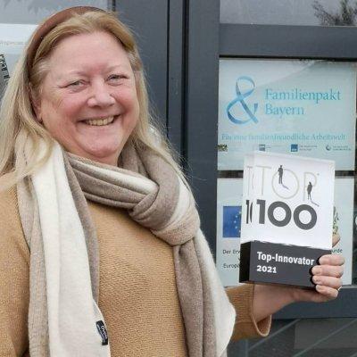 Dr. Elisabeth Müller freut sich sichtlich über die Auszeichnung als Top-Innovator 2021; Bildquelle: Bianca Hofmann/LABOKLIN